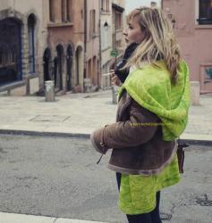"""Le manteau """"Canopée"""" vue côté, porté sous une veste"""
