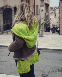 """Le manteau """"Canopée"""" vue 3/4 dos, porté sous une veste"""