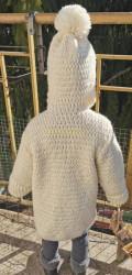 Manteau enfant de Roxana Barbor Vue dos capuche mise