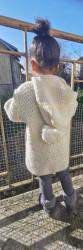 Manteau enfant de Roxana Barbor Vue dos capuche baissée