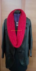 Rouge, en écharpe