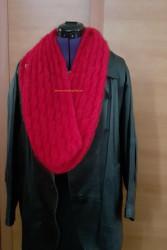 Rouge, en écharpe bien couvrante