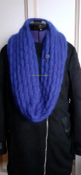 Bleu, en écharpe