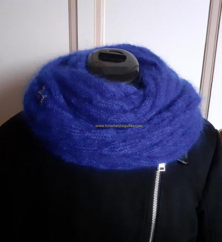 Bleu, en tour de cou